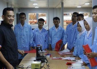 ANTUSIAS SISWA- SISWI SMK NEGERI 1 PURWAKARTA YANG BERKUNJUNG KE AXIOO FACTORY INDONESIA DI CAKUNG