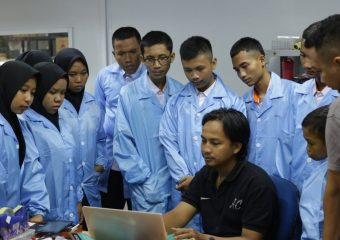 AXIOO FACTORY INDONESIA KEDATANGAN PULUHAN SISWA SMK KEBONSARI 1MADIUN
